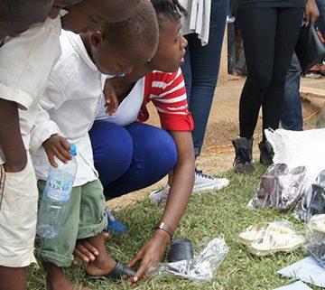 Sapatos novos encantam crianças no Uganda